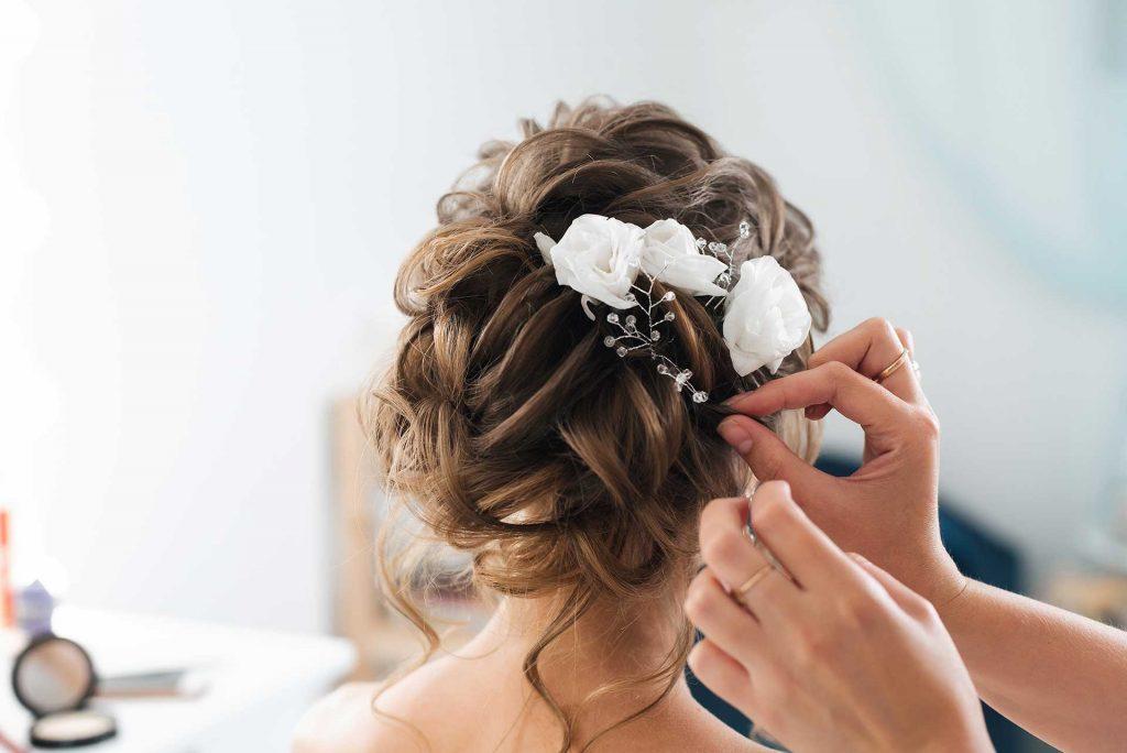 Braut bekommt eine Hochsteckfrisur